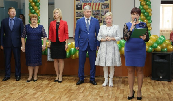 Мэр поздравил учеников школы.