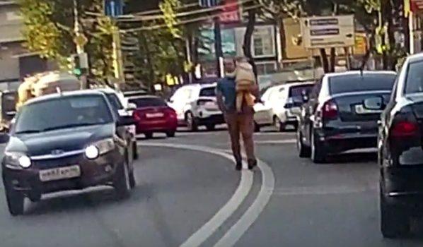 Мужчина шел с ребенком на руках.