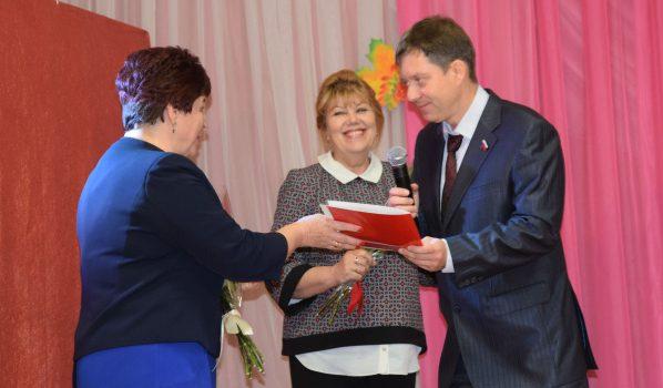 Олег Захаров поздравил учителей.