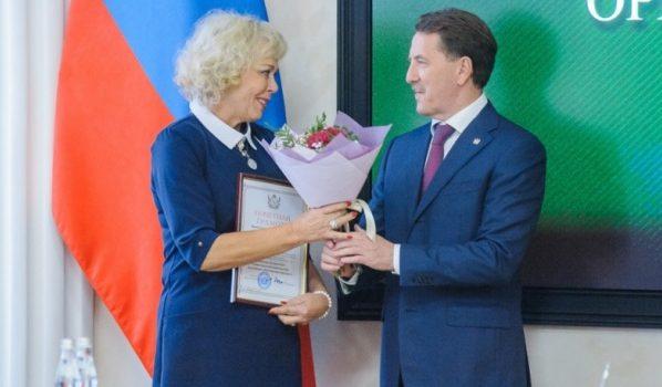 Губернатор наградил лучших педагогов.
