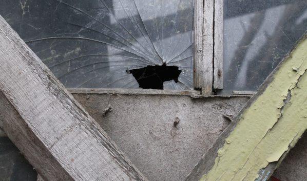 Мужчина расстрелял окна дома.