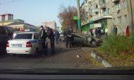 Мужчину усадили в служебное авто полицейских.