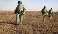Военные ищут неразорвавшиеся боеприпасы.