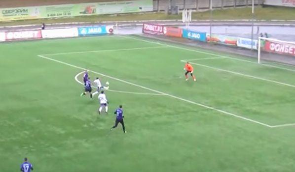Воронежский футболист перебросил мяч над вратарем.