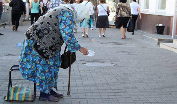 Для пенсионеров прожиточный минимум составляет 7 165 рублей.