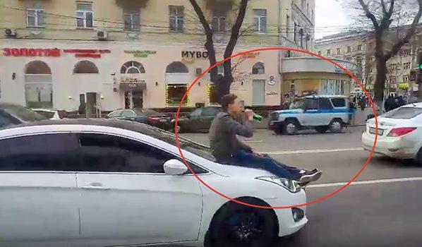 Полицейский УАЗик проигнорировал молодого человека спивком накапоте автомобиля