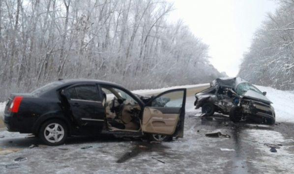 Влобовом ДТП легковых авто под Воронежем умер шофёр, еще двое пострадали