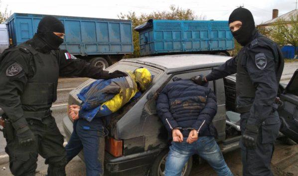 Подозреваемых поймали с поличным.