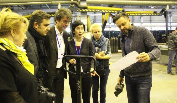 Делегации провели экскурсию по заводу.