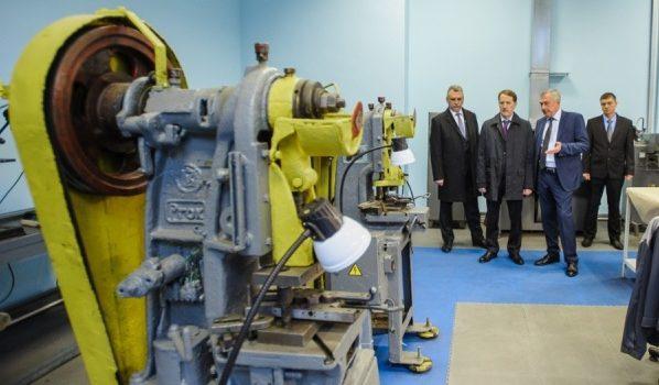 Губернатор побывал на заводе «Электросигнал».