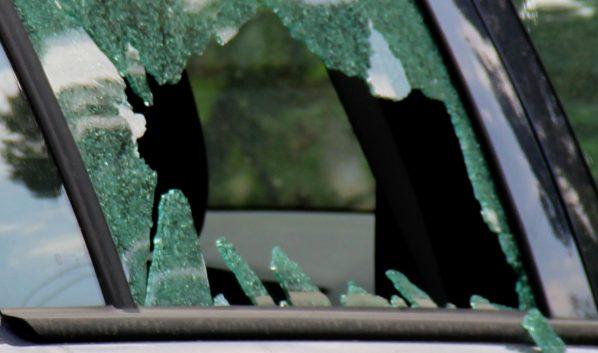Девушка разбила стекло авто.