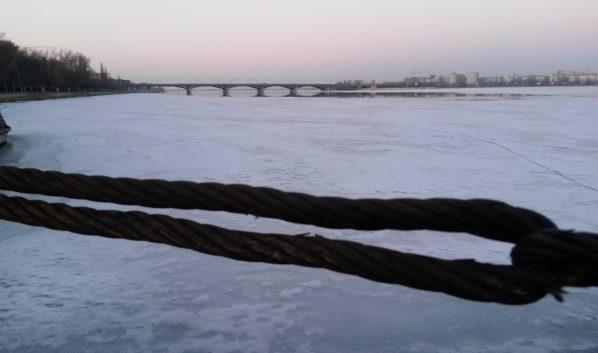 Рыбаки выходят на тонкий лед.