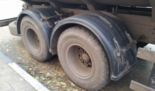 Грузовику порезали шину.