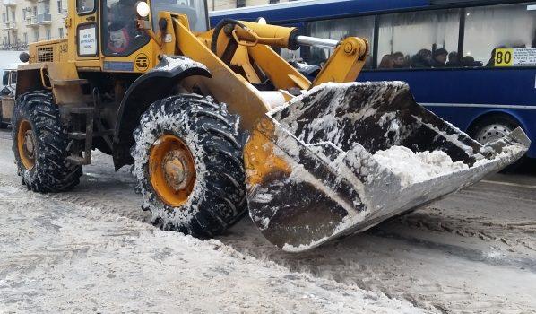 На улицах расчищают снег.