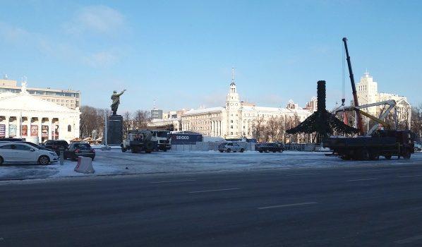 В городе начали монтировать главную ёлку.