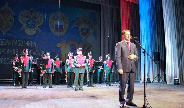 Алексей Гордеев поздравляет сотрудников ФСБ.