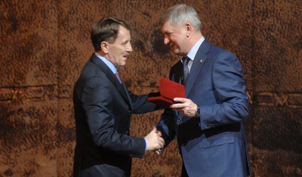 Награду вручил врио губернатора Александр Гусев.
