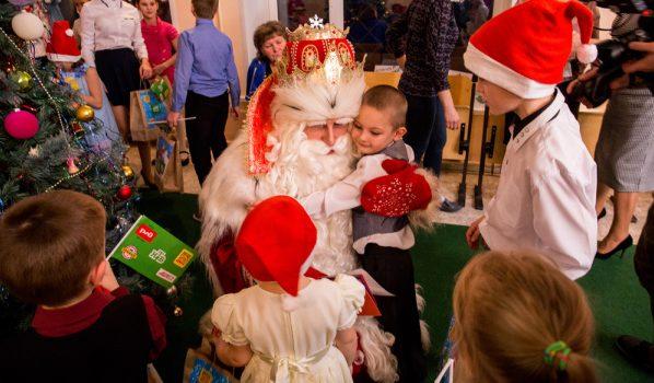 Зимний волшебник поздравил детей.