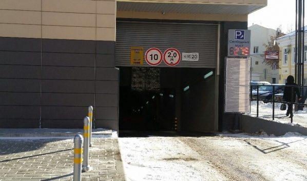 Людей во время эвакуации не выпускали с парковки до оплаты.