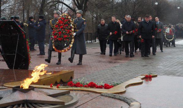 Торжественная церемония возложения венков и цветов.