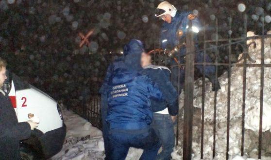 Пострадавшего пришлось снимать спасателям.