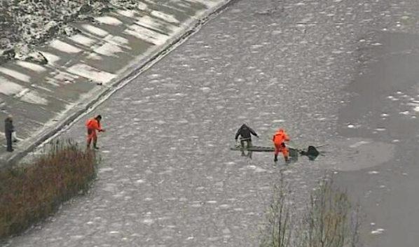 Мужчина помогал рыбаку удержаться на поверхности воды.