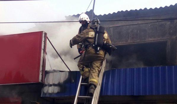 Огонь тушат семь десятков спасателей.