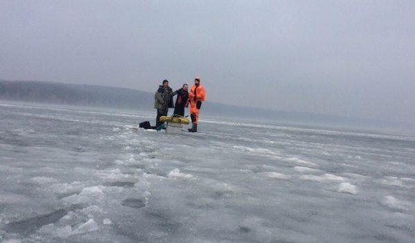 Спасатели регулярно вызволяют их воды рыбаков.