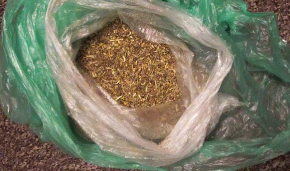 У мужчины нашли несколько свертков марихуаны.