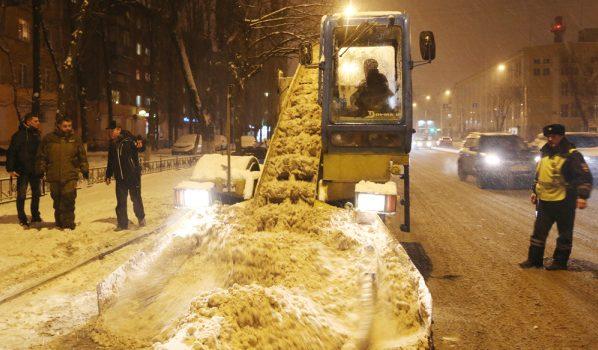Улицы города расчищала спецтехника.