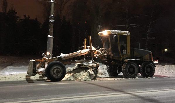 Техника чистила улицы ночью.