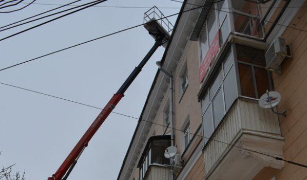 Снег очищают с крыш в Воронеже.