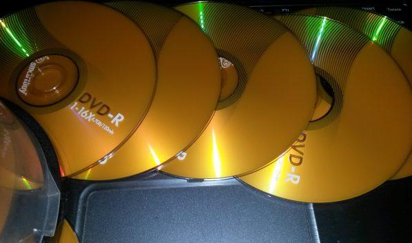 Изъяли кучу пиратских дисков.