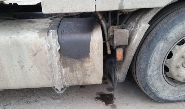С грузовика сняли аккумуляторы.