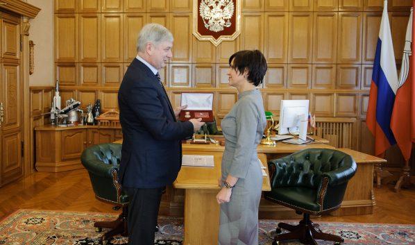 Александр Гусев вручил почетный знак Марине Раковой.