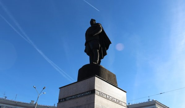 Памятник генералу Ивану Черняховскому в Воронеже.