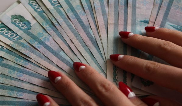 Женщина похитила крупную сумму.
