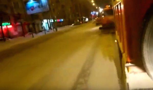 Уборка снега из кабины коммунальной техники.