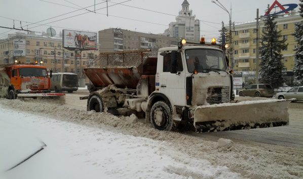Воронежец убирают спецтехникой.