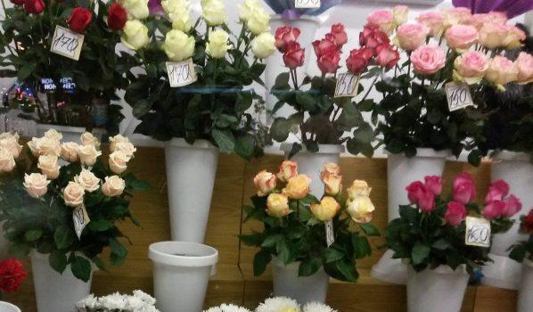 Парень украл розы для девушки.