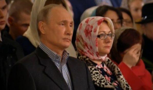 Владимир Путин на богослужении.