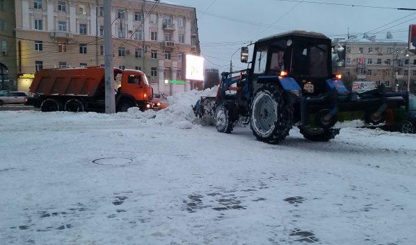 Улицы города очищают от снега.