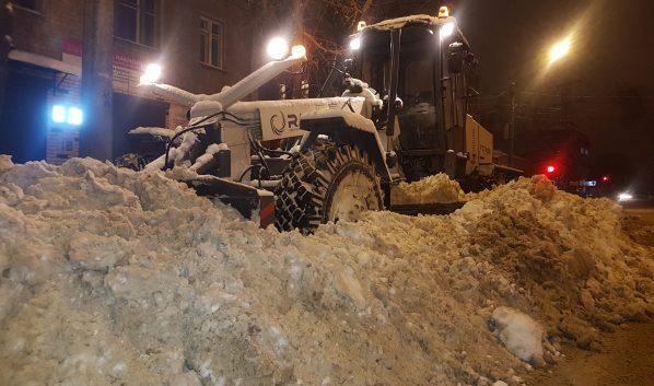 Воронеж ночью убирают от снега.