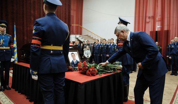 Александр Гусев возложил цветы.