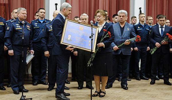 Александр Гусев вручил директору школы памятную доску с именем Романа Филипова.