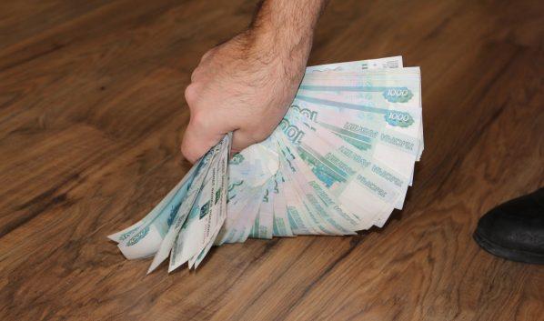 Мужчина прятал деньги под матрас.