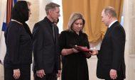 Владимир Путин передал Золотую Звезду Героя России родственникам погибшего в Сирии военного лётчика гвардии майора Романа Филипова.
