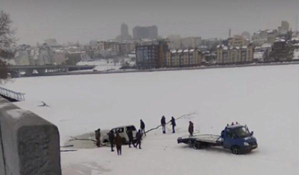 Авто провалился под лед.