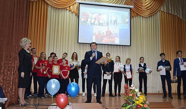 Депутат Андрей Соболев поздравил педагогов и учеников.