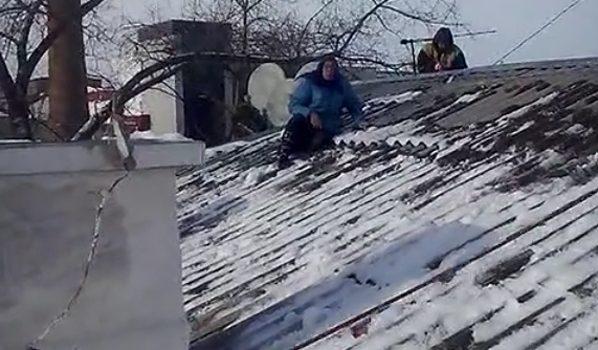 Пенсионерка сидела на крыше и не спешила уходить.